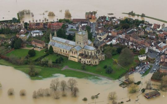 Tewkesbury on island in floods 2007